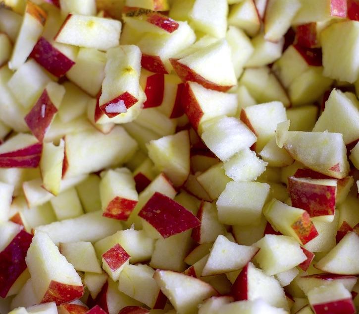 Des pommes en dés pour les meilleurs muffins aux pommes aux 3 ingrédients!